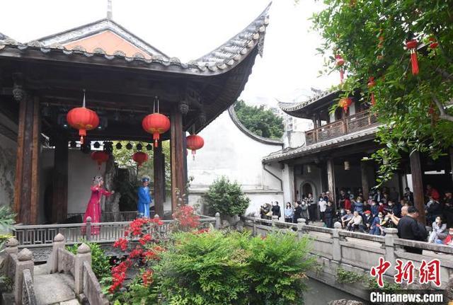 """国际古迹遗址日:""""非遗""""闽剧献演福州三坊七巷"""