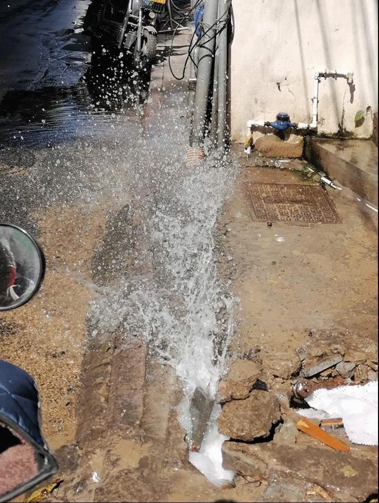 水管爆裂淹路面,為民救水如救火